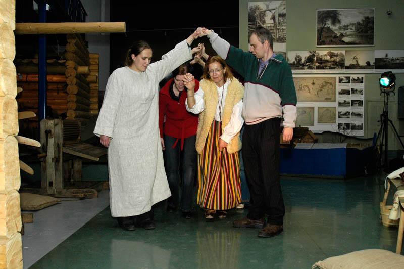 Väravamäng, õpetavad Marietta Aardam ja Terje Puistaja. I rahvaluule kursus Eesti Rahva Muuseumis 2006. aastal.