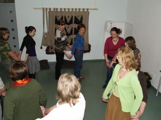 Talurahvamäng, õpetab Anne Maasik. Eesti Rahva Muuseumi näitusemajas 2009. aastal.